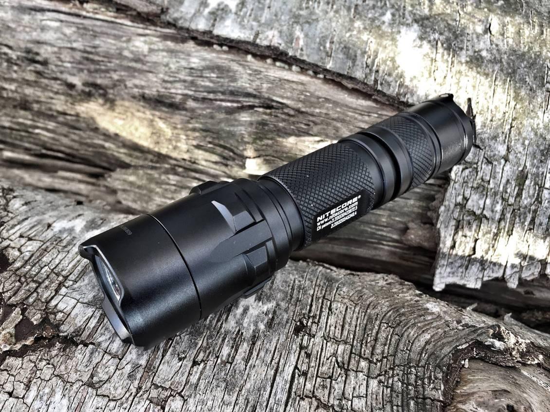 Die taktische LED-Taschenlampe NiteCore P20UV mit 800 Lumen Lichtstärke und UV-Licht